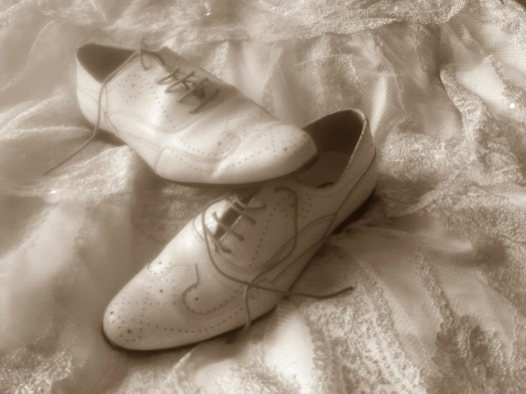 Chaussures et robe des mariés