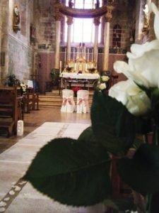 Décor allée d'église roses