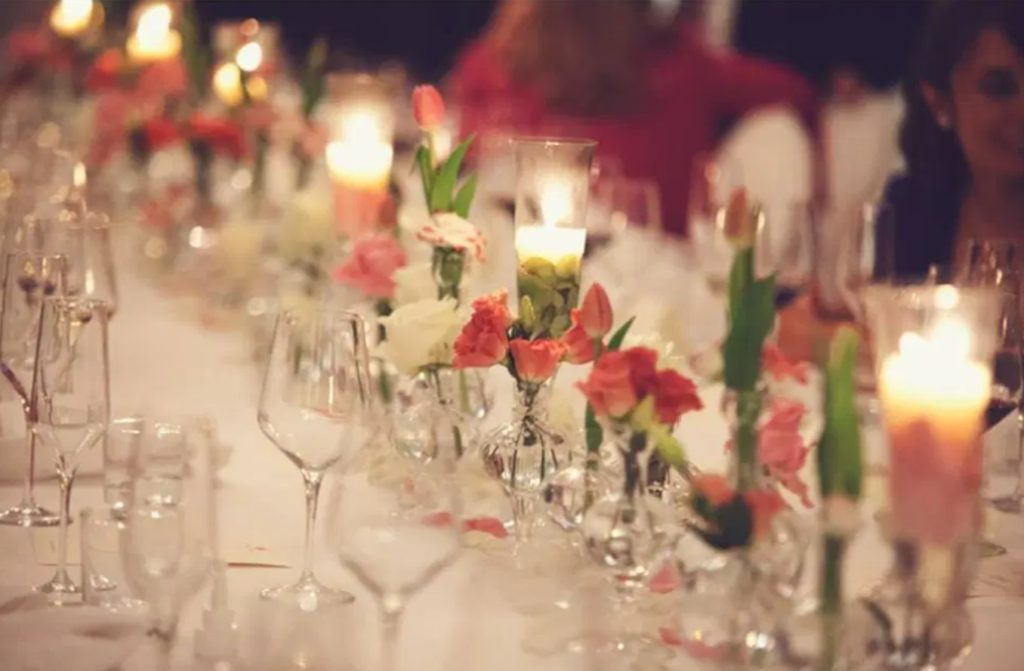 Chemin roses table mariage